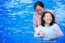 海水浴を楽しむ参加者の方とスタッフの様子